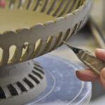 Ajourage aux ateliers des Faïenceries de Malicorne